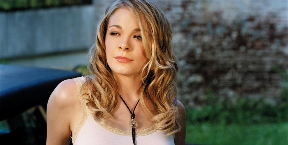 Can't fight the moonlight - LeAnn Rimes en raulense.wordpress.com